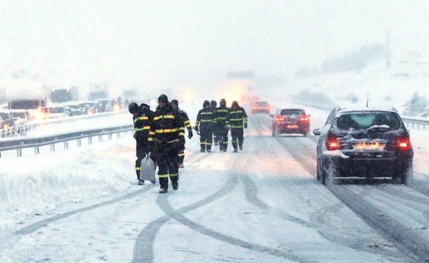 Z powodu intensywnych opadów śniegu i silnego wiatru zablokowano ponad 50 dróg w różnych regionach Hiszpanii. Najtrudniejsze warunki komunikacyjne panują w północnej i środkowej części kraju.