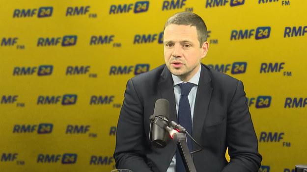 """""""Zniknęli najgorsi szkodnicy polskiej polityki. Należy się z tego cieszyć"""" - stwierdził w Porannej rozmowie w RMF FM Rafał Trzaskowski pytany o rekonstrukcję rządu. """"Trudno udawać, że te zmiany są zmianami na gorsze"""" - dodał polityk Platformy Obywatelskiej. """"Jarosław Kaczyński jest wytrawnym politykiem. Najpierw wpuścił team demolka, który zniszczył to, co trzeba było zniszczyć - łącznie z podeptaniem polskiej konstytucji. W tej chwili wprowadza ludzi dużo bardziej stonowanych. Zobaczymy, jaką oni będą prowadzili politykę"""" - zauważył gość Roberta Mazurka. """"Chciałbym, żeby ten rząd prowadził nową politykę. Nie spodziewam się niestety - mimo tych nowych twarzy, żeby ta polityka była inna. Dalej wszystkie decyzje podejmuje Jarosław Kaczyński i wszystko będzie bazowane na jego uprzedzeniach - taka prawda"""" - podkreślił Trzaskowski. Pytany o sprawę sekretarza generalnego PO Stanisława Gawłowskiego, któremu prokuratura zarzuca przyjmowanie łapówek, stwierdził: """"Pojawia się mnóstwo pytań. To nie jest sprawa absolutnie jednoznaczna"""". """"Nie wiem, dlaczego duża część polityków musi mieć jakieś superdrogie zegarki. Polityk nie powinien epatować zegarkami"""" - dodał."""