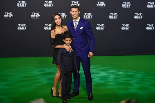 """Nieprawdziwe informacje na temat Cristiano Ronaldo to sprawka jednego człowieka. W książce o polskim tytule """"Jestem oszustem. Historia człowieka, który wykiwał wszystkich"""", Alessandro Proto przyznał się do rozpowszechniania wymyślonych przez siebie historii. Manipulator twierdził, że współpracował z portugalskim piłkarzem przy okazji różnych inwestycji bądź akcji charytatywnych. Co prawda wszystkie doniesienia Proto były szybko dementowane przez otoczenie Ronaldo, jednak nie przeszkadzało mu to w tworzeniu kolejnych historii i zarabianiu na nich."""