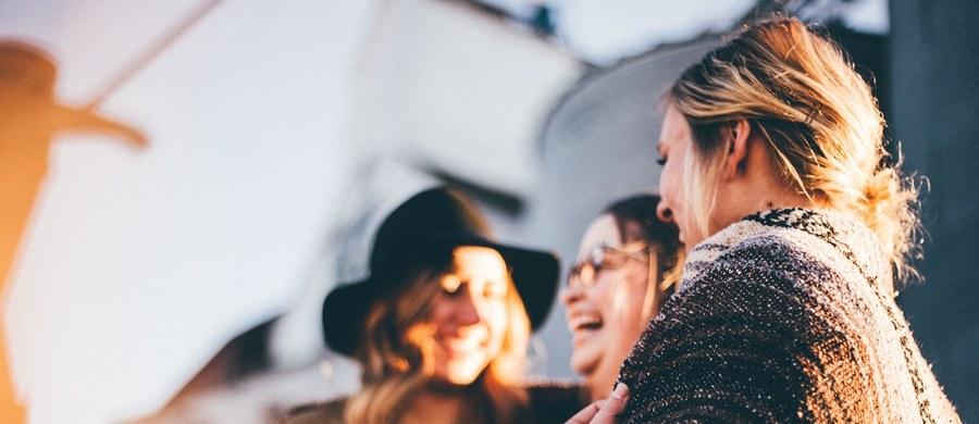 Coraz więcej entuzjastów zyskuje praktyka, która zrodziła się w Indiach w latach 90. Joga śmiechu to dość nietypowa forma ćwiczeń wykorzystująca proste techniki oddechowe i relaksację, których celem jest… wywołanie śmiechu. Co ciekawe, aby ją ćwiczyć, nie potrzebne są nam dowcipy i inne bodźce, które zwykle wywołują uśmiech na naszej twarzy.