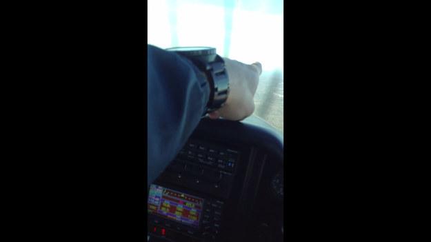 Emerytowany pilot leciał z Virginia Beach do Birmingham z synem i jego dziewczyną, gdy nagle silnik samolotu całkowicie stracił moc, a kokpit zaczął wypełniać się dymem. Pilot zdecydował o przymusowym lądowaniu w polu. Co było dalej? Można dokładnie zobaczyć na tym niesamowitym nagraniu. Uspokajamy – wszyscy wyszli z tej katastrofy cało, chociaż chwile były dramatyczne i przerażające.