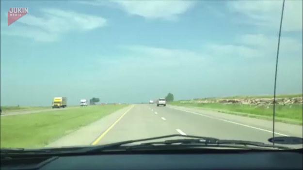 Dziwny wypadek na autostradzie. Kierujący SUV-em nie miał nikogo na swojej drodze prócz traktora, który był na poboczu. Mimo to, jakimś sposobem kierowca wjechał na tył ciągnika, jakby ten był rampą. Na szczęście nikomu nic się nie stało.