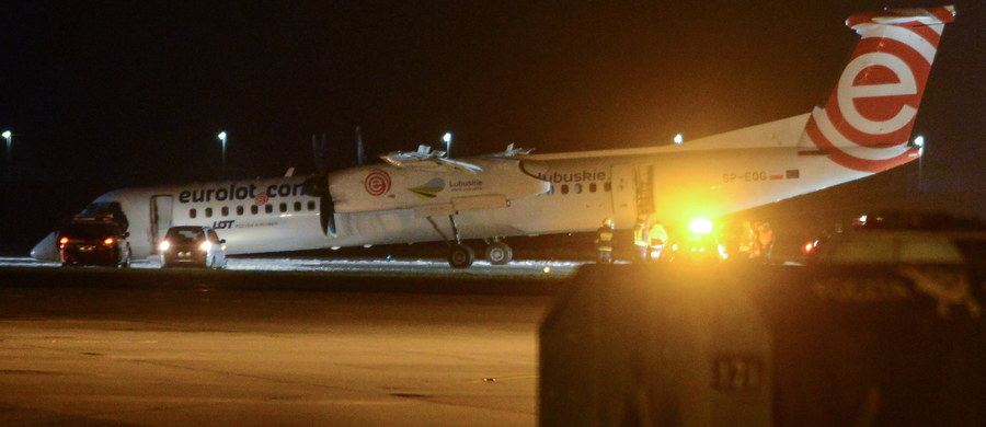 Bombardier, który w środę awaryjnie wylądował na lotnisku imienia Fryderyka Chopina w Warszawie, miał uszkodzony sworzeń goleni - dowiedział się nieoficjalnie reporter RMF FM. W maszynie nie otworzyło się przednie podwozie. Na pokładzie były 63 osoby, nikomu nic się nie stało.