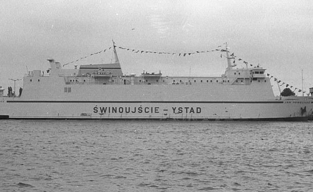 """To była najbardziej tragiczna katastrofa polskiego statku w historii. Dokładnie 25 lat temu na Bałtyku zatonął prom """"Jan Heweliusz"""". Zginęło 55 osób. Rodziny ofiar i ci, którzy ocaleli z katastrofy, złożyli dziś kwiaty w Świnoujściu, skąd 14 stycznia 1993 roku prom wypłynął w podróż do szwedzkiego Ystad."""