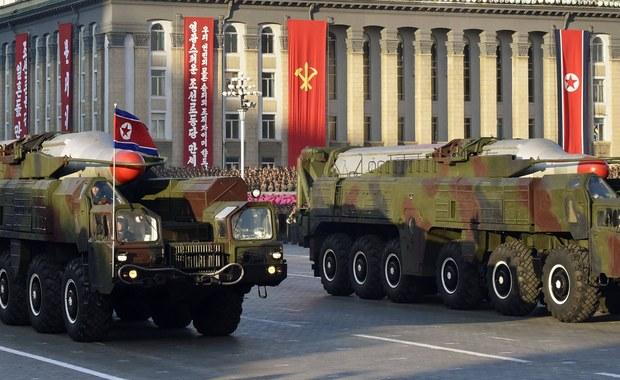 Japońska telewizja publiczna NHK na swojej stronie internetowej opublikowała błędny komunikat ostrzegający przed wystrzelonym przez Koreę Północną pociskiem; mieszkańcom polecono, by znaleźli schronienie. Kilka minut później wiadomość zdementowano.
