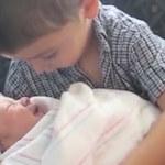 Dziecko po raz pierwszy widzi swojego brata