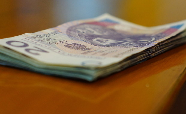 Dwaj mieszkańcy Morąga w województwie warmińsko-mazurskim usłyszeli zarzuty w sprawie serii oszustw. Według ustaleń policjantów z wielkopolskiego Konina mieli oni oferować pracę, by zbierać dane osobowe chętnych i dzięki nim wyłudzać kredyty.
