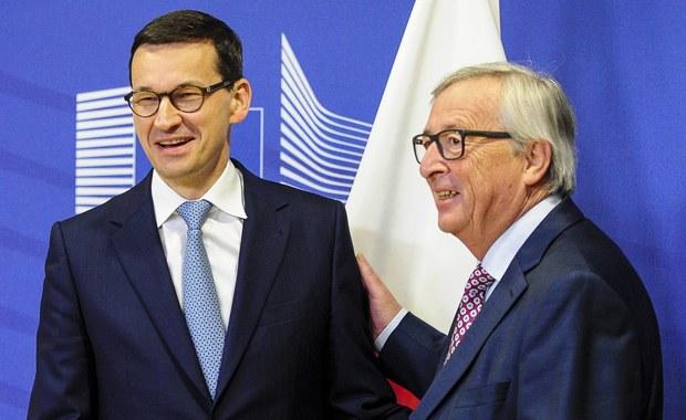 """Wbrew pojawiającym się głosom Polska nie wyjdzie z Unii Europejskiej ani nie zostanie objęta sankcjami, jednak w związku ze sporem na linii Warszawa-Bruksela, może stać się """"obywatelem UE drugiej kategorii"""" - pisze """"Wall Street Journal""""."""