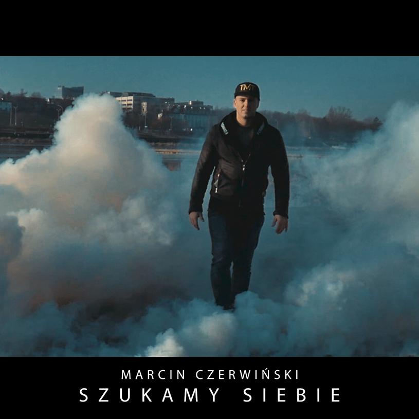 """Poniżej możecie zobaczyć najnowszy teledysk Marcina Czerwińskiego, półfinalisty szóstej edycji """"Must Be The Music"""" - """"Szukamy siebie""""."""