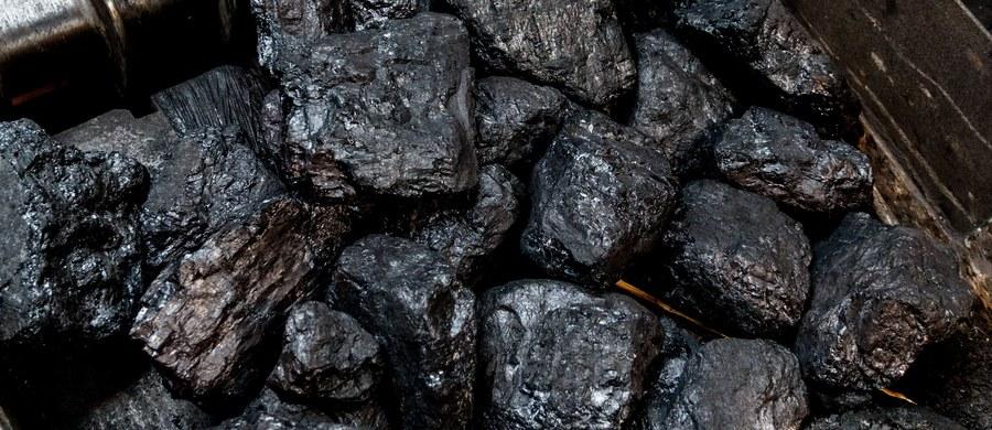 """""""Chciałem pomóc najbiedniejszym"""" - w ten sposób minister energii Krzysztof Tchórzewski tłumaczy dlaczego - wbrew premierowi - forsował złagodzenie wprowadzanych limitów na zawartość w węglu trującej siarki, popiołu i wilgoci."""