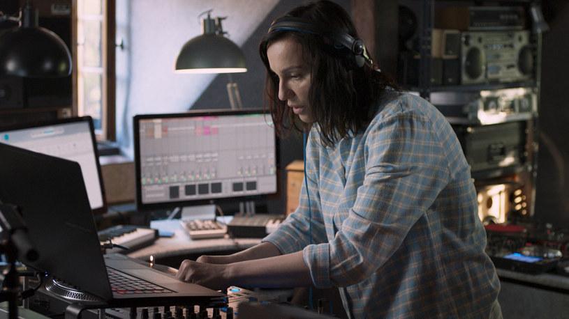 """Właśnie ukazał się oficjalny teledysk promujący film """"DJ"""" w reż. Alka Korta z Mają Hirsch w roli głównej. Autorem ścieżki dźwiękowej jest jeden z najpopularniejszych hiszpańskich DJ'ów - Uner. Premiera filmu w polskich kinach już 19 stycznia."""