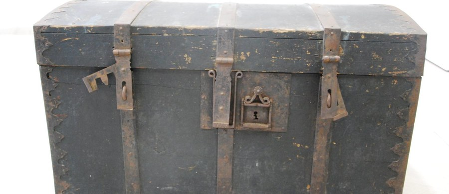 To eksponat z duszą. Do muzeum w Kamieniu Pomorskim trafił XIX-wieczny kufer. Przez 120 lat towarzyszył on rodzinie pani Julii, mieszkanki Kamienia, która na starość zdecydowała się przekazać eksponat do muzeum.
