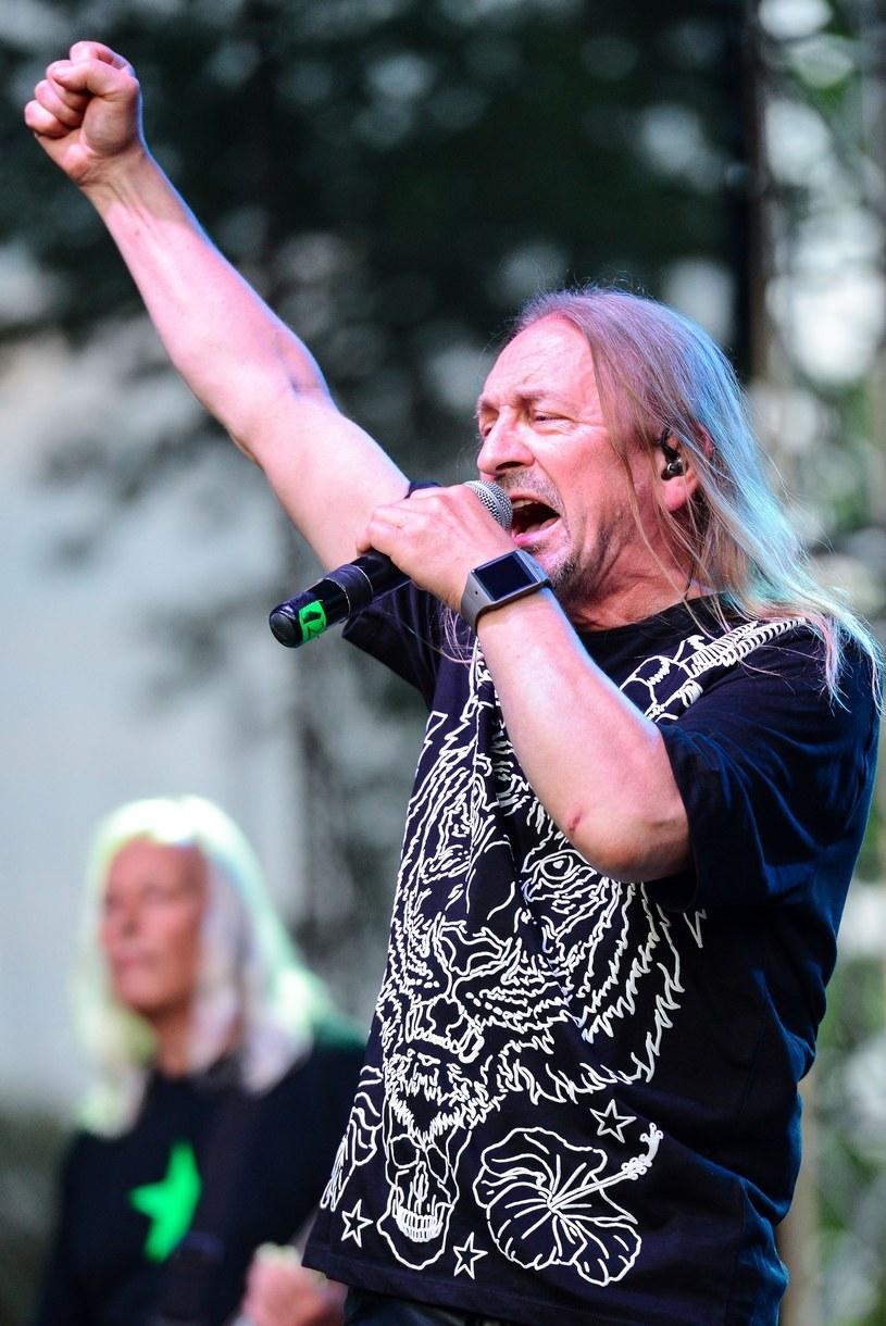 Według nieoficjalnych informacji Interii, pod koniec marca wokalista Marek Piekarczyk definitywnie rozstaje się z legendą polskiego heavy metalu - TSA. Pozostali muzycy planują kontynuować działalność, choć nazwisko następcy pozostaje jeszcze tajemnicą.