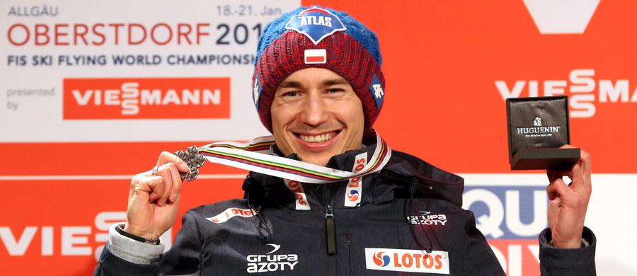 """W strugach deszczu, w obecności ok 3 tys. osób, w tym wielu Polaków, w centrum Oberstdorfu Kamil Stoch odebrał srebrny medal mistrzostw świata w lotach. Na podium stanął obok """"złotego"""" Norwega Daniela Andre Tandego i """"brązowego"""" Niemca Richarda Freitaga. """"Każdy medal jest super, a ten w szczególności, bo bardzo długo na niego czekałem. W tym krążku schowane jest wiele szczęścia i radości"""" – podkreślił Stoch."""
