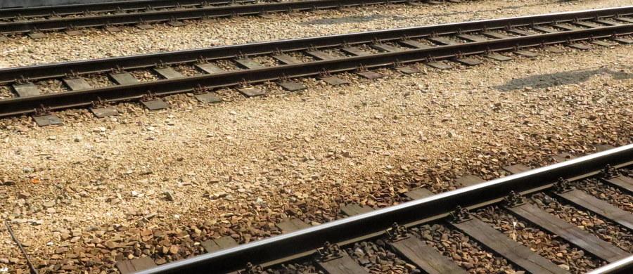 Dwie osoby zginęły i jedna została ranna w nocnym pożarze starych, nieużywanych wagonów kolejowych stojących na bocznicy w Krakowie. Prawdopodobną przyczyną pożaru było zaprószenie ognia.