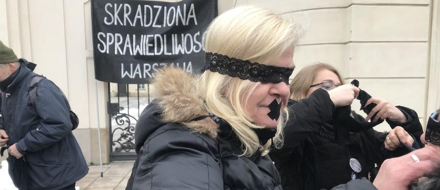 """""""Skradziona sprawiedliwość"""" - pod tym hasłem w kilkudziesięciu europejskich miastach odbywają się dziś protesty przeciwko polityce kontroli i dyktatury. Obok Pragi, Budapesztu, Berlina i Brukseli, manifestacja odbyła się również w Warszawie."""