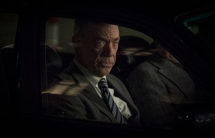 """Nowy serial HBO """"Odpowiednik"""" przedstawia historię pracującego w ONZ mężczyzny, który odkrywa, że zatrudniająca go agencja skrywa tajemnicę dotyczącą furtki do innego wymiaru. W roli głównej występuje laureat Oscara i Złotego Globu - J.K. Simmons. Produkcja debiutuje w HBO GO 22 stycznia. Premiera w HBO została zaplanowana na 16 lutego o godz. 20.10."""