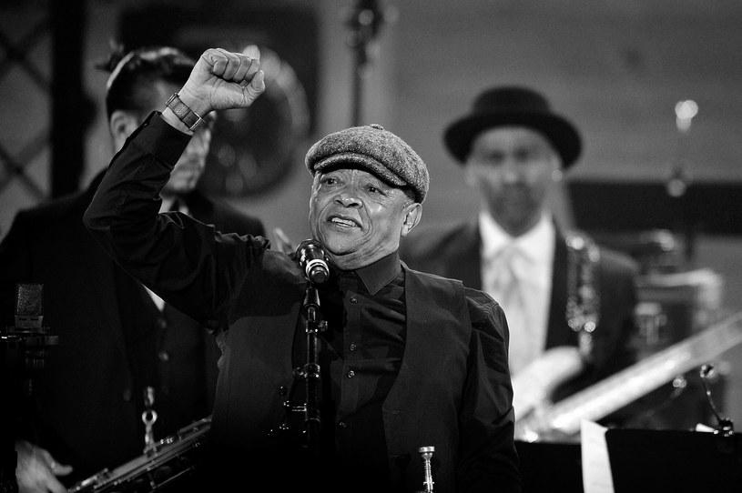 """W wieku 78 lat zmarł jazzowy trębacz Hugh Masekela, mający na koncie współpracę z Paulem Simonem i The Byrds. Jego utwór """"Bring Him Back Home"""" stał się nieoficjalnym hymnem domagających się uwolnienia z więzienia Nelsona Mandeli, późniejszego prezydenta RPA i laureata Pokojowej Nagrody Nobla."""