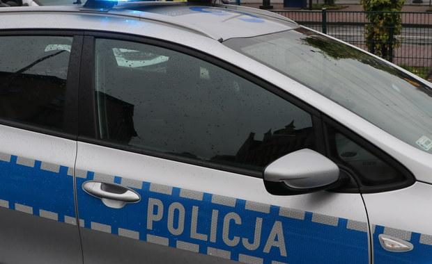 Krakowscy policjanci użyli broni służbowej podczas próby zatrzymania osobowego opla, który jechał bez włączonych świateł. Do incydentu doszło we wtorek po godz. 23 w rejonie Ronda Mogilskiego.
