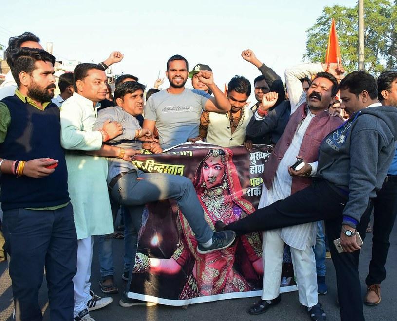 """Premiera najdroższego filmu w historii kina Bollywood wywołała zamieszki na północy Indii. Policja ochrania sale kinowe, lecz wielu właścicieli boi się wyświetlać """"Padmaavat"""". Organizacja radźputów wyznaczyła nagrodę dla tego, kto odetnie nos głównej aktorce."""