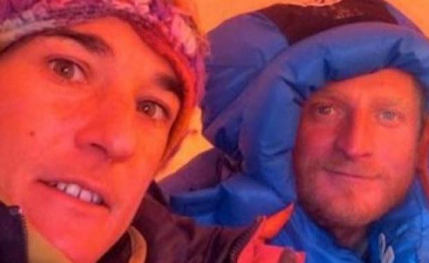 Na Nanga Parbat trwa akcja ratunkowa. Pod kopułą szczytową utknęli Elisabeth Revol i Tomasz Mackiewicz. W bazie pod K2 czekają himalaiści, którzy ruszą na ratunek Francuzce i Polakowi. Śmigłowiec zostanie wysłany, jeżeli będzie gwarancja, że akcja zostanie opłacona.