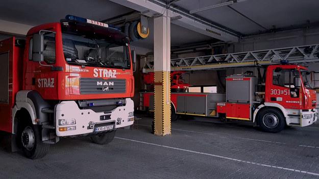Tylko w tym roku strażacy interweniowali już prawie 150 razy na zamarzniętych akwenach. I choć przestrzegają, że nie ma bezpiecznego lodu, wciąż dochodzi do tragicznych zdarzeń. Co robić w przypadku zagrożenia?