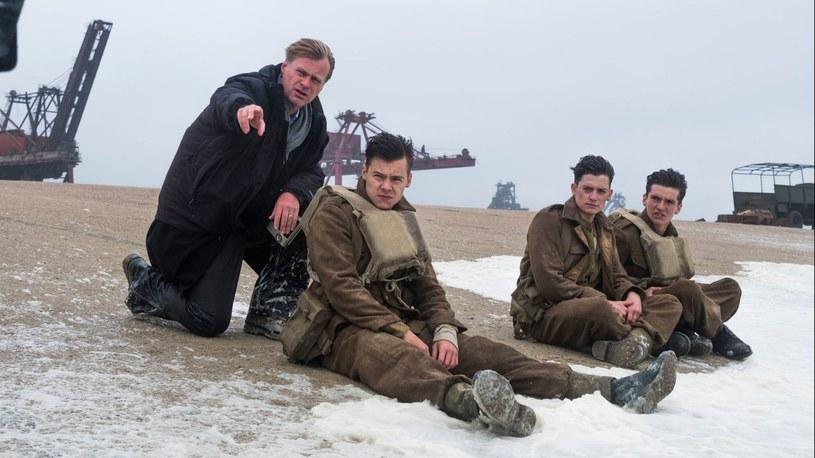 """Film Christophera Nolana doczekał się aż ośmiu nominacji do tegorocznych Oscarów, jednak te jeszcze mogą zostać odebrane """"Dunkierce"""". Okazuje się, że kulisy powstawania obrazu kryją mroczny sekret. W trakcie prac nad produkcją mogły zostać naruszone prawa człowieka. Amerykańscy obrońcy tychże wystosowali apel o cofnięcie nominacji do nagród Akademii Filmowej."""