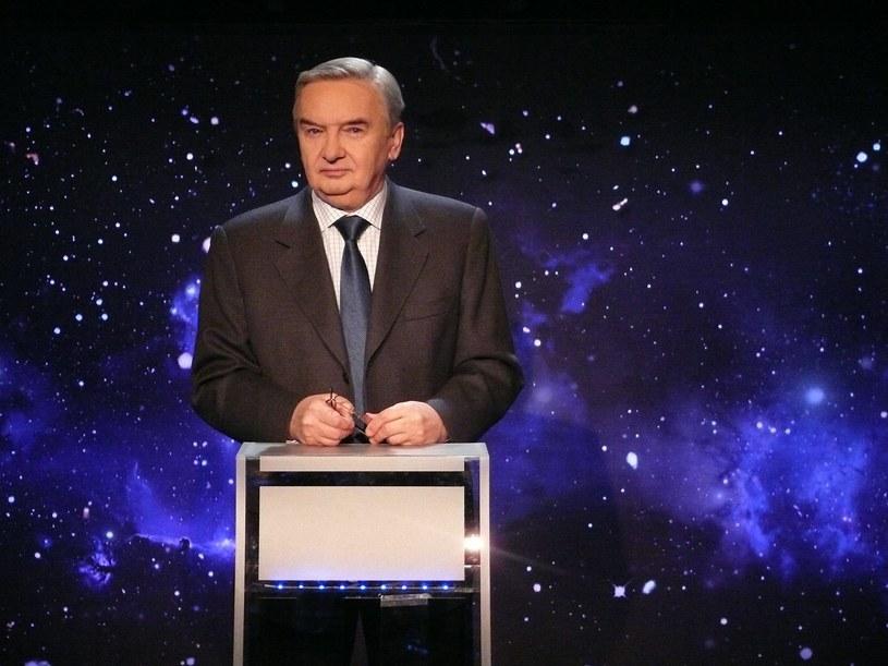 """Wybitna osobowość telewizyjna i Mistrz Mowy Polskiej. Telewidzowie podziwiają jego spokój, erudycję i klasę w teleturnieju """"Jeden z dziesięciu"""", którego jest gospodarzem."""