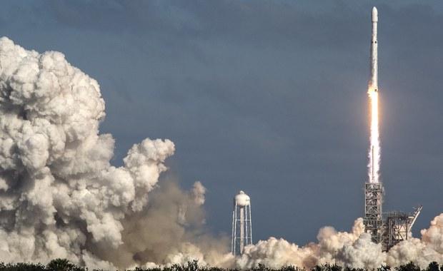 Elon Musk - ekscentryczny miliarder, który wystrzelił w stronę Marsa rakietę Falcon Heavy - jest zdaniem ekspertów poważnym zagrożeniem dla rosyjskich komercyjnych lotów w kosmos. Z powodu jego projektów kosmicznych Rosja traci dochody.