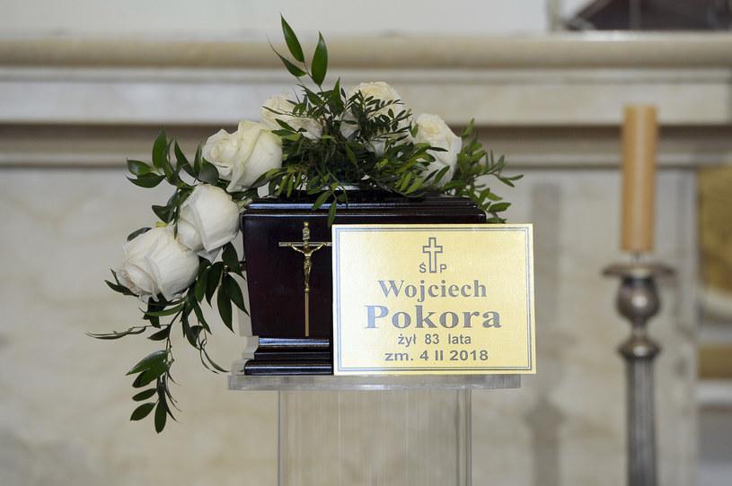 """Wojciech Pokora został pochowany w sobotę, 10 lutego, na Cmentarzu Bohaterów Bitwy Warszawskiej 1920 r. w Radzyminie. """"Odszedł twórca powszechnie lubiany i podziwiany, ujmujący skromnością i dystansem wobec siebie"""" - napisał w liście prezydent Andrzej Duda."""