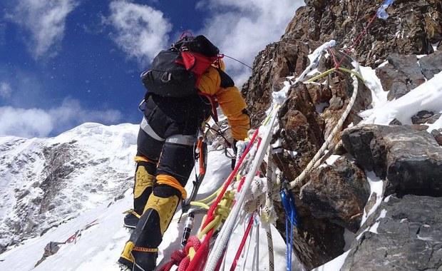 Jest oficjalne potwierdzenie, że Rafał Fronia zakończył swój udział w polskiej wyprawie na K2. Badania w pakistańskim Skardu potwierdziły, że polski himalaista ma złamane przedramię. Tymczasem jego koledzy kolejny raz ruszają w górę.