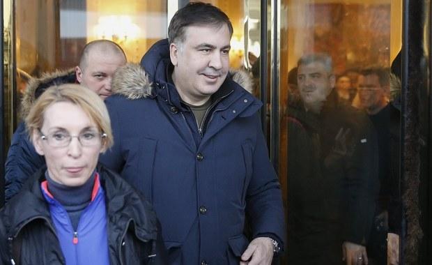 """Micheil Saakaszwili zażądał wsparcia Unii Europejskiej, a zwłaszcza kanclerz Angeli Merkel w konflikcie z prezydentem Ukrainy. """"Petro Poroszenko niszczy swój kraj"""" - powiedział były prezydent Gruzji niemieckiemu dziennikowi """"Bild"""" (wydanie wtorkowe). """"On (Poroszenko) chce mnie usunąć, ponieważ piętnuję korupcję (...). Jeśli w końcu Unia Europejska i przede wszystkim kanclerz Angela Merkel nie podejmą jakiś działań, to Ukraina rozpadnie się"""" - stwierdził Saakaszwili. Tymczasem, jak informują ukraińskie media, ukraińska prokuratura generalna jest zaskoczona decyzją służb granicznych tego kraju o wydaleniu Saakaszwilego z kraju."""