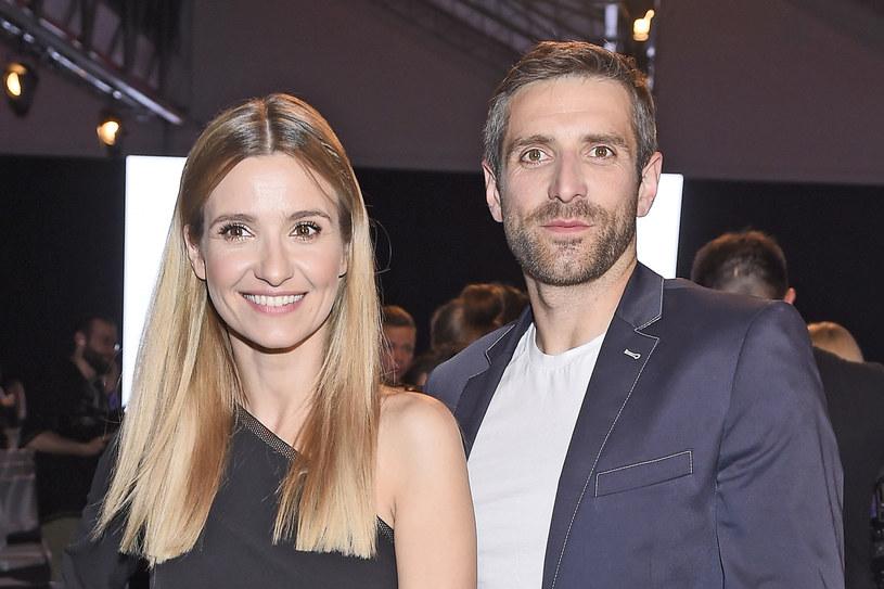 Aktorka i Maciej Dowbor w końcu doczekali się drugiego dziecka! Joanna Koroniewska na swoim Instagramie podzieliła się wieścią, że na świat przyszła druga pociecha. Szczęśliwa mama nie omieszkała też przy okazji zdradzić, czy 8-letnia Janinka ma teraz siostrę czy też brata.