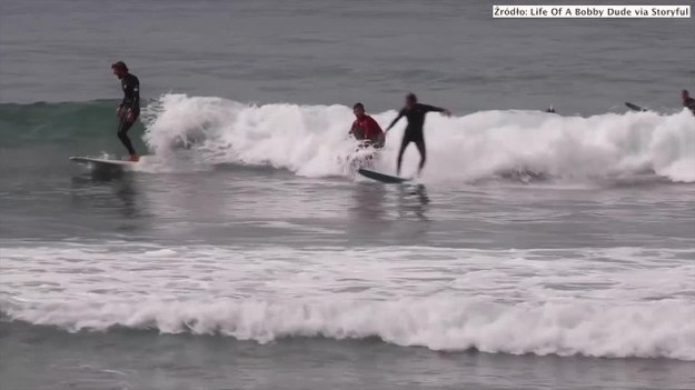 Bobby Hasbrook w pomysłowy sposób wykorzystał swój wysłużony 58-calowy telewizor. Amerykanin zrobił z niego deskę surfingową i osobiście przetestował w wodzie w San Clemente w Kalifornii. Hasbrook udowodnił, że na telewizorze też można gładko pływać na falach. (STORYFUL/x-news)