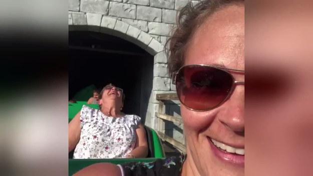 67-letnia kobieta nigdy nie zapomni swojej pierwszej przejażdżki rollercoasterem w Legolandzie w Winter Haven na Florydzie. Przez całą drogę krzyczała, siedząc w bardzo dziwnej pozycji.