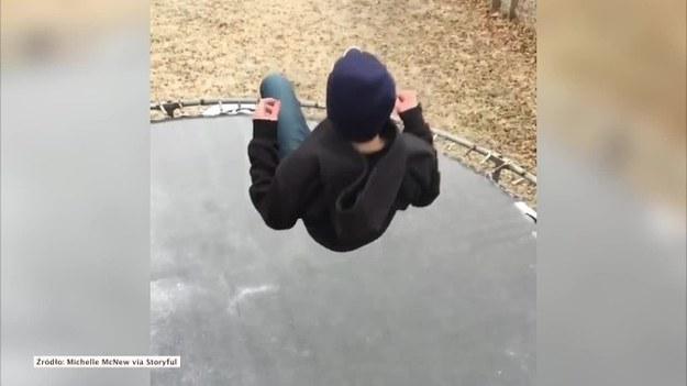 Niesamowity efekt uchwycili na wideo dwaj chłopcy, którzy zauważyli, że trampolina stojąca w ogrodzie domu jednego z nich została w nocy pokryta cienką warstwą lodu. Jeden z nich na nią skoczył, a drugi nagrał to w zwolnionym tempie. (STORYFUL/x-news)