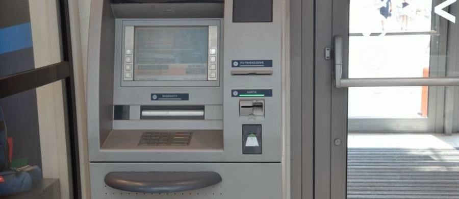 UOKiK sprawdził, czy karty płatnicze wydawane przez banki rzeczywiście nic nie kosztują - jak często zapewniają bankowcy. W przypadku 13 na 18 banków okazało się, że pobierały one opłaty za kartę, choć klient dokonał w danym okresie rozliczeniowym płatności kartą w wymaganej liczbie lub wartości transakcji. W rzeczywistości brak opłat zależał od zaksięgowania danego zakupu przez bank.
