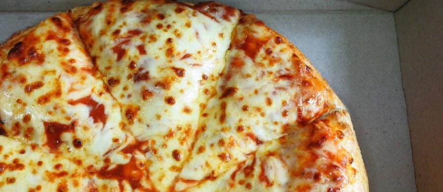 Niemiecka policja poszukuje stalkera, który od pewnego czasu zamawia jedzenie do kancelarii prawniczej w Dortmundzie. Do biura dostarczono już ponad sto pizz. W środę policja poinformowała, że sprawa została zgłoszona do sądu.