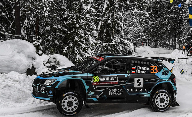 Pechowo zakończył się dla Łukasza Pieniążka start w Super OS-ie rozpoczynającym 66. Rajd Szwecji. Startujący w klasie WRC-2 polski kierowca uderzył w bandę i uszkodził drążek kierowniczy.