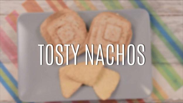 Tosty nachos to pomysł na pyszną, meksykańską przekąskę. Są banalnie proste i szybkie w przygotowaniu. Tosty nachos doskonale sprawdzą się na imprezie, a także zwykłym wieczorze filmowym ze znajomymi.