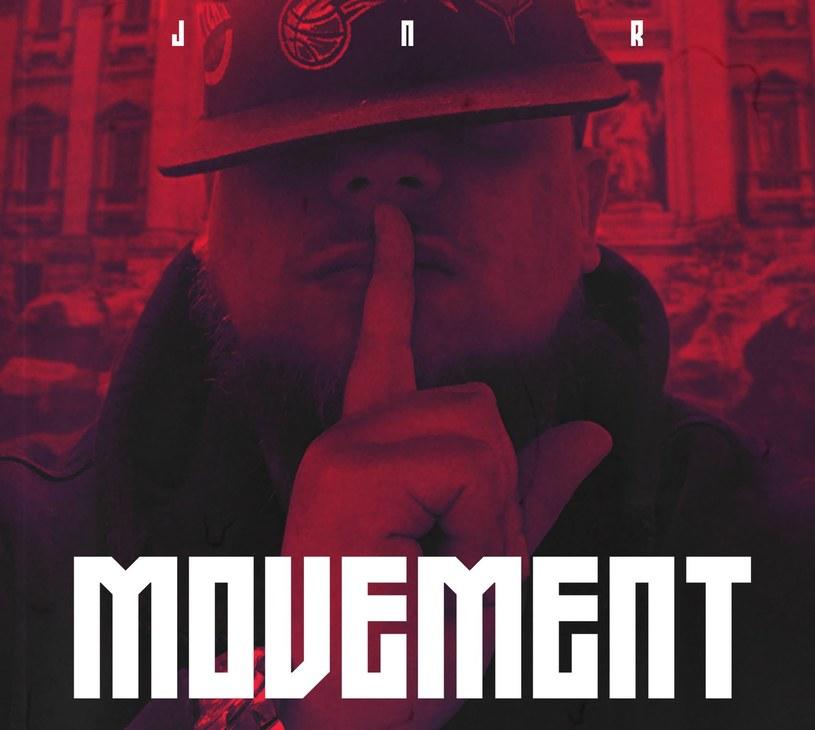 """Takiej płyty brakowało. JNR to zaginione ogniwo ewolucji polskiego rapu, """"traper"""", który szuka alternatyw """"wśród plastikowych życiorysów"""". """"Movement"""" dostarcza przyjemności ze słuchania niezależnie od rapowych preferencji."""