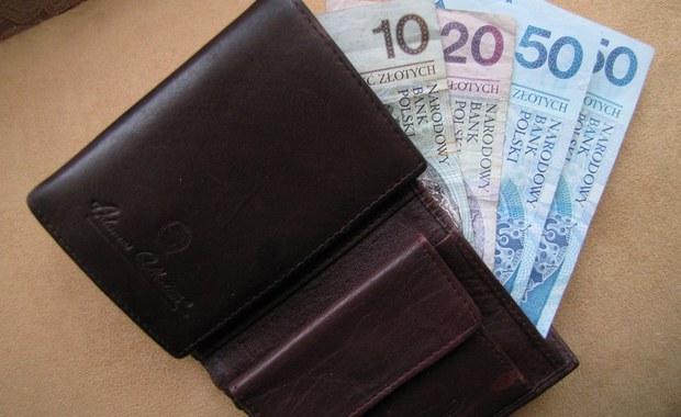 Dużo szczęścia miał 38-letni mieszkaniec Bełchatowa w województwie łódzkim, który w galerii handlowej zostawił saszetkę z dokumentami, kartami płatniczymi i pieniędzmi. Znaleźli ją pracownicy firmy sprzątającej i oddal na policję. Jeszcze tego samego dnia saszetka z cenną zawartością powróciła do właściciela.