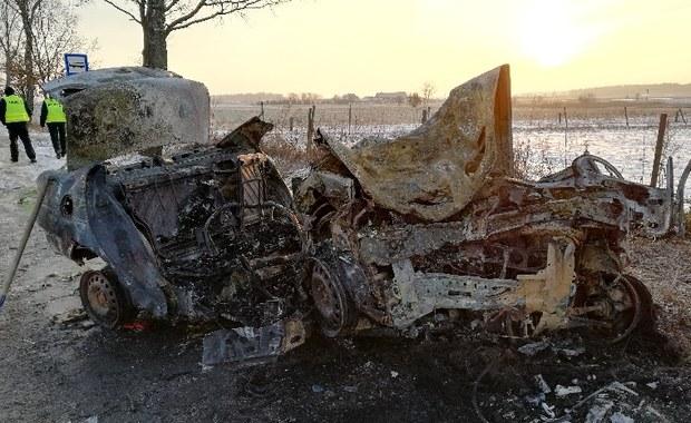 Pięć osób zginęło w wypadku pod Braniewem, gdy samochód, którym jechały, uderzył w przydrożne drzewo i stanął w płomieniach. Prokurator i policja prowadzą czynności na miejscu - podała Izabela Niedźwiedzka z warmińsko-mazurskiej policji. Samochodem podróżowały dwie kobiety i trzech mężczyzn. Ofiary miały od 19 do 21 lat - dowiedział się reporter RMF FM Piotr Bułakowski.