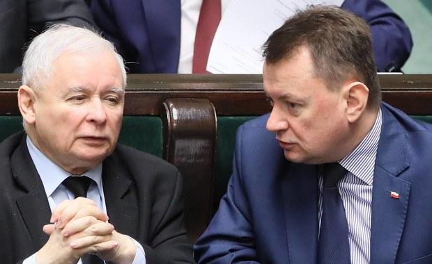"""Niemal połowa Polaków deklaruje, ze w wyborach oddałaby głos na PiS. Takie są wyniki sondażu przeprowadzonego przez Instytut Badań Pollster - pisze """"Super Express""""."""