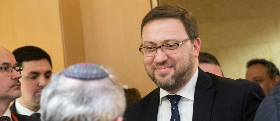 """Zaczęliśmy ze stroną izraelską dialog merytoryczny, prawny, badawczy; mam nadzieję, że zakończyliśmy """"emocjonalne, wzajemne oskarżenia"""", których byliśmy świadkami przez ostatnie tygodnie - powiedział wiceszef MSZ Bartosz Cichocki. W czwartek po południu w Jerozolimie doszło do pierwszego spotkania polskiego zespołu ds. dialogu prawno-historycznego z jego izraelskim odpowiednikiem. Cichocki oświadczył też, że ustawa o Instytucie Pamięci Narodowej weszła w życie w czwartek i działa; zostanie jednak doprecyzowane, jak należy tę ustawę rozumieć. Jak informuje dziennikarz RMF FM Patryk Michalski, zespoły do spraw dialogu historycznego nie rozmawiały o nowelizacji ustawy o IPN, a wiceszef MSZ podkreślał, że wprowadzenie ewentualnych zmian jest w rękach posłów."""
