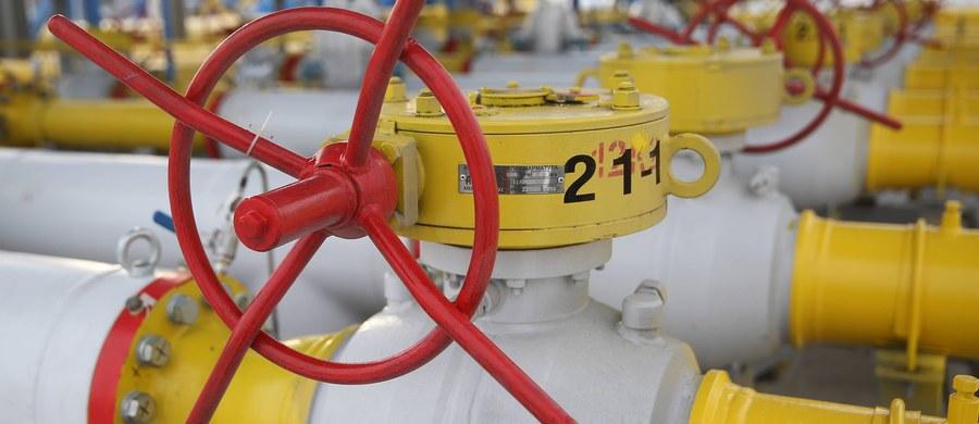 Gazprom zrywa kontrakty gazowe zawarte z Ukrainą. Chodzi zarówno o kontrakt na tranzyt gazu, jak i dostawy dla Ukrainy. Ta decyzja zapadła po wyroku Trybunału Arbitrażowego w Sztokholmie, który po dwóch postępowaniach nakazał Rosji zapłacić Kijowowi ponad 2,5 miliarda dolarów za zmniejszenie tranzytu gazu.
