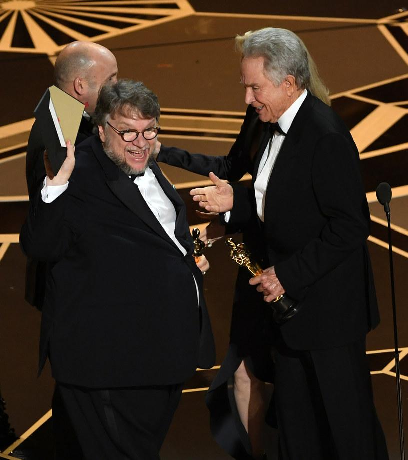 """""""Kształt wody"""" triumfował podczas tegorocznej jubileuszowej gali oscarowej. Produkcja otrzymała cztery Oscary, w tym dwa najważniejsze - za najlepszy film i reżyserię. Obraz otrzymał też statuetki za muzykę i scenografię."""