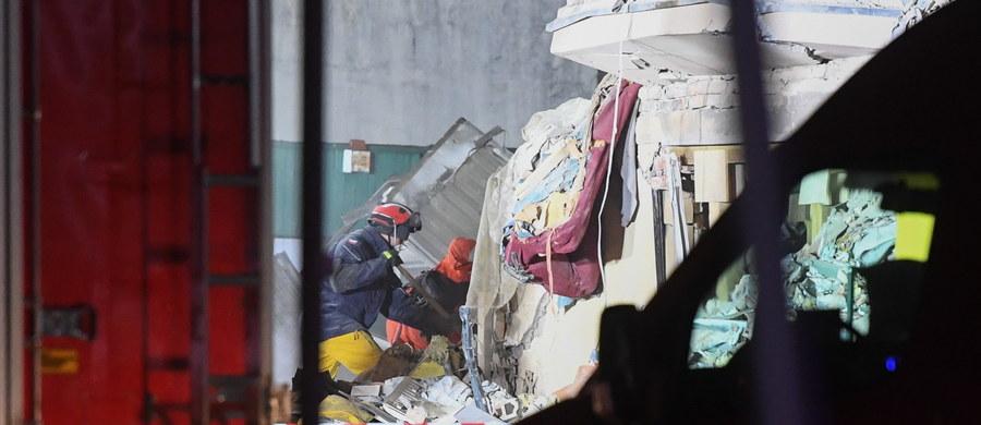 Strażacy znaleźli ciało piątej ofiary wczorajszego wybuchu w kamienicy na poznańskim Dębcu. Cały czas przeszukiwane jest gruzowisko. Wczoraj znaleziono ciała czterech ofiar, 21 osób trafiło do szpitali.