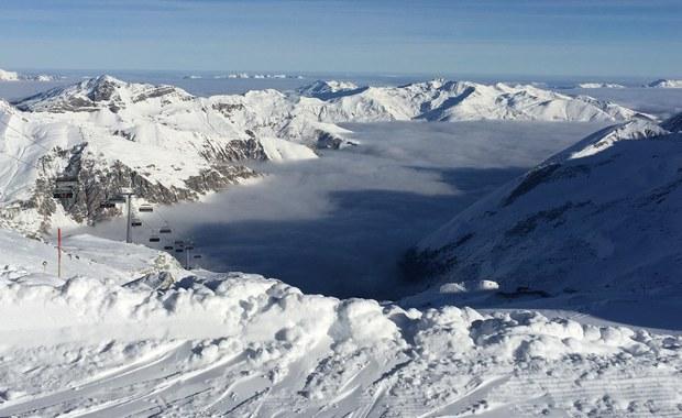 Dwie osoby zginęły, a jedna jest zaginiona na skutek lawin,  jakie zeszły w niedzielę we francuskich Alpach - poinformowały władze.