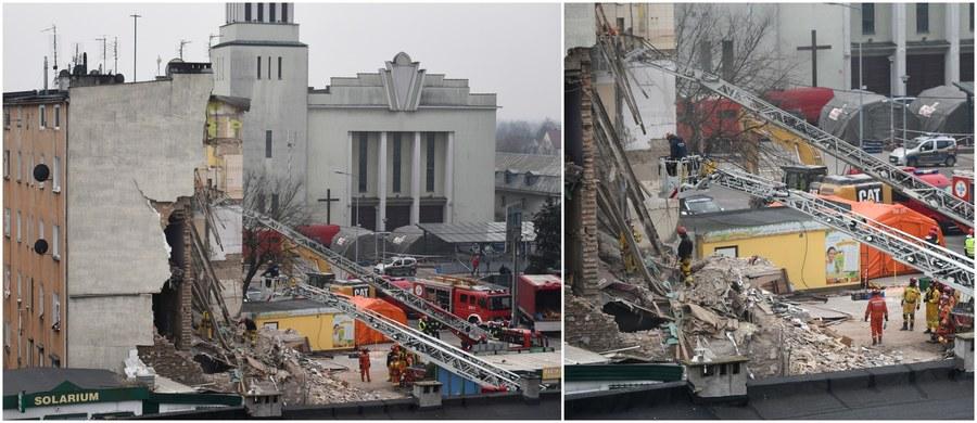 Jedna z kobiet, której ciało znaleziono w gruzach zawalonej kamienicy w Poznaniu, prawdopodobnie została wcześniej zamordowana - dowiedzieli się nieoficjalnie reporterzy śledczy RMF FM. Z ich ustaleń wynika, że eksplozję spowodował prawdopodobnie nie gaz, a materiały wybuchowe. Katastrofa mogła więc być próbą zatarcia śladów po zabójstwie.